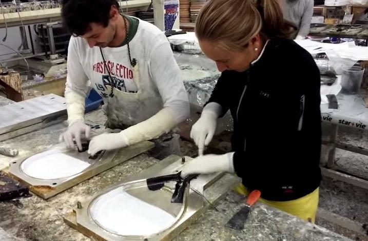 Carolina Navarro y Ceci Reiter fabricando sus palas Star Vie