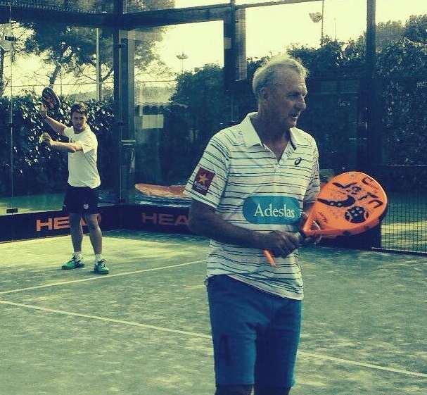 Cruyff jugando a pádel con Toni Bueno