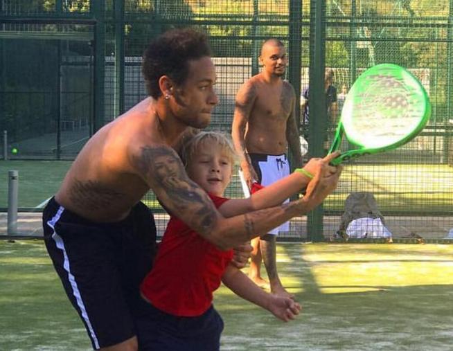 Neymar también juega a pádel