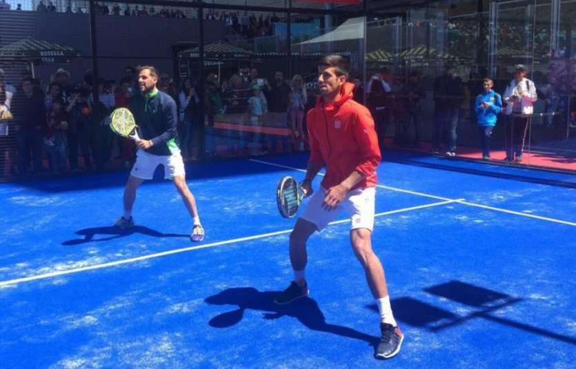 Novak Djokovic jugando a padel