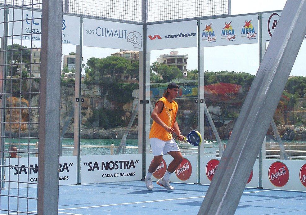Smash de Rafa Nadal jugando a Pádel