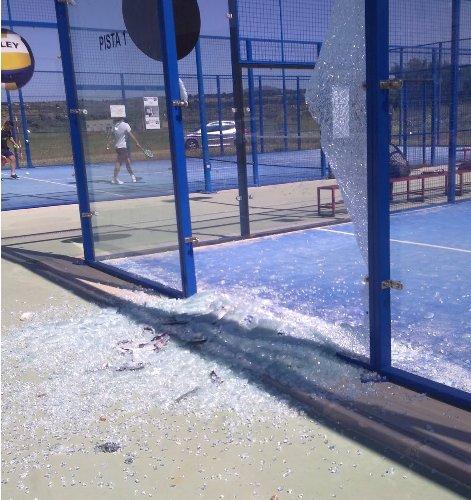 Rotura del cristal de la pista del PPT de  Fuengirola