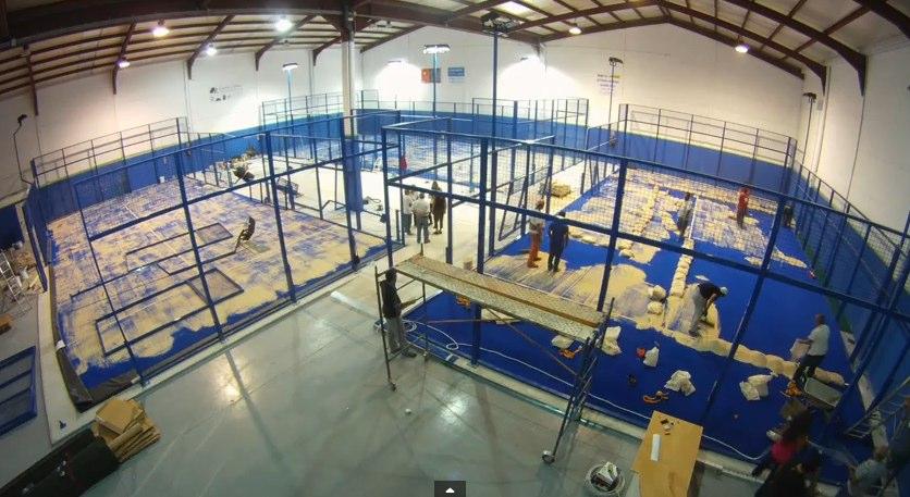 Video acelerado de la construcción de pistas de pádel