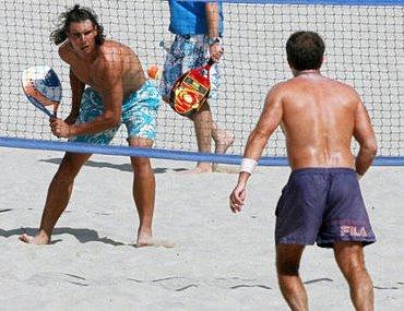Rafa Nadal jugando al beach padel